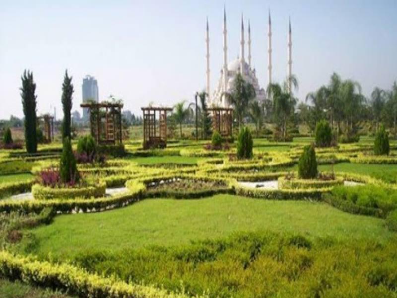 Красивый парк, площадью 33 гектара