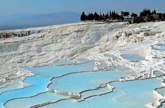 Озеро Салда имеет воду бирюзового оттенка