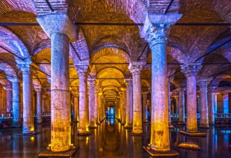 немалый интерес привлекают 2 колонны, которые установлены на блоках с обликом Медузы Горгоны