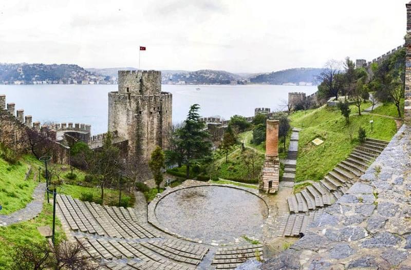 близкого расположения двух построек самой узкой части реки Босфор