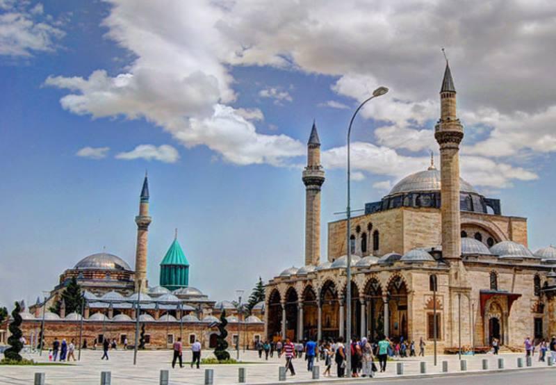 Выглядит необычно на фоне традиционных мусульманских построек