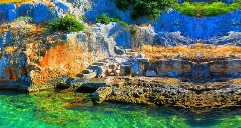 зеленое озеро в горах в турции